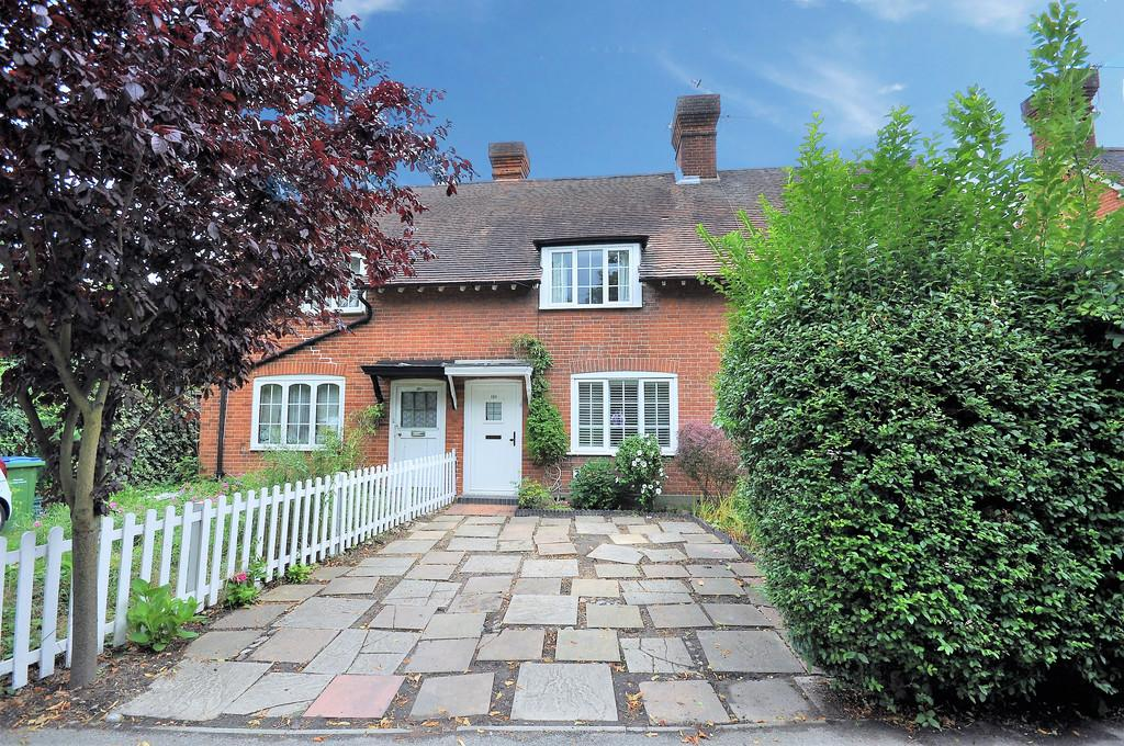 2 Bedrooms Terraced House for sale in Esher