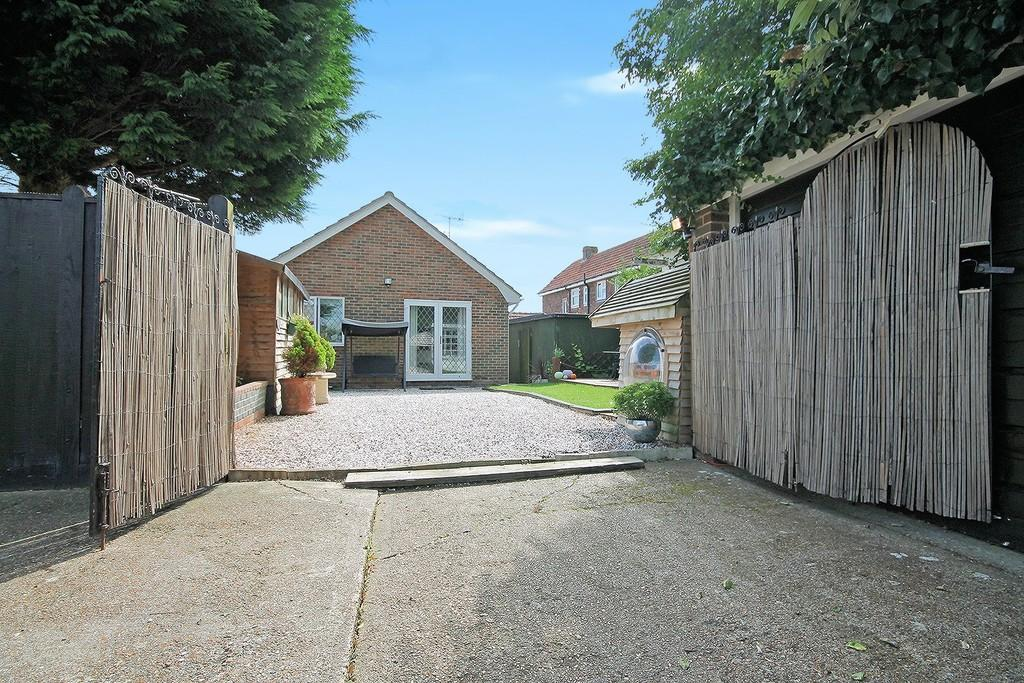3 Bedrooms Detached Bungalow for sale in Penstone Park, Lancing, BN15