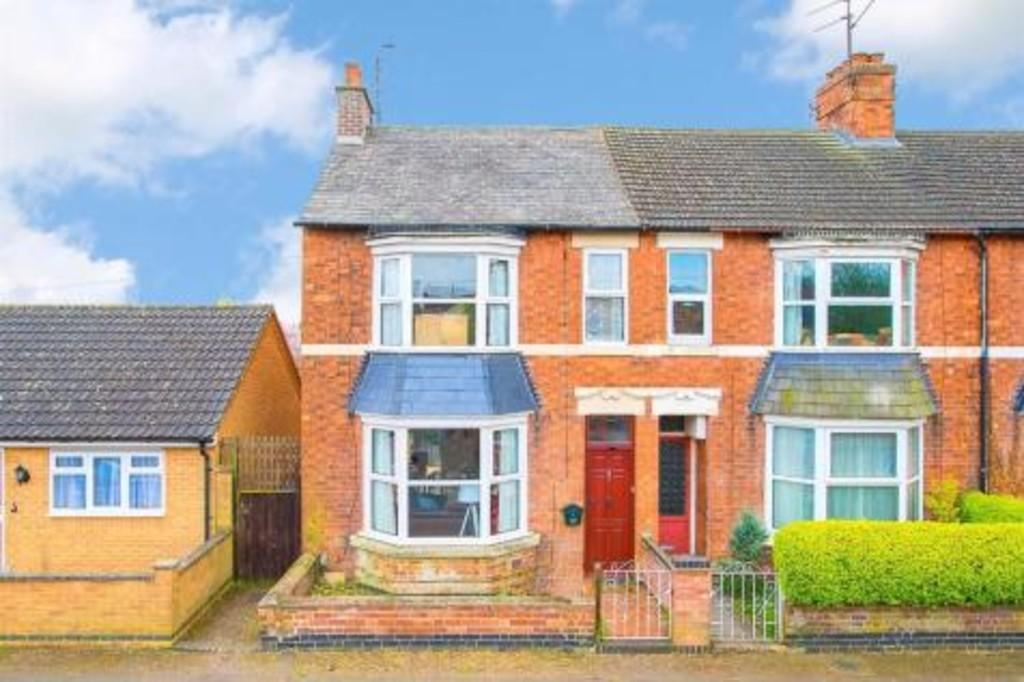 3 Bedrooms Town House for sale in Roundhill Road, Kettering