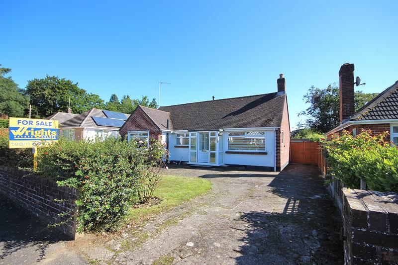 2 Bedrooms Detached Bungalow for sale in Fairview Crescent, Broadstone