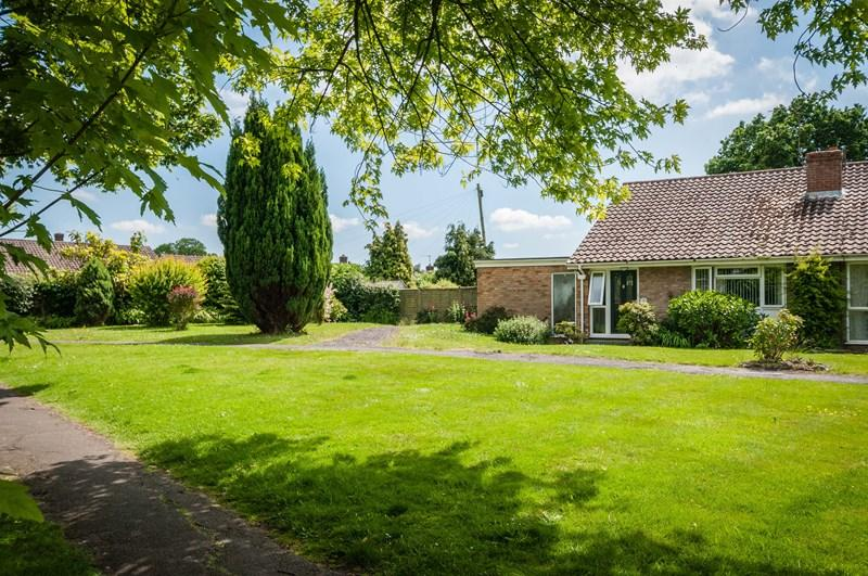 2 Bedrooms Bungalow for sale in Queens Approach, Uckfield