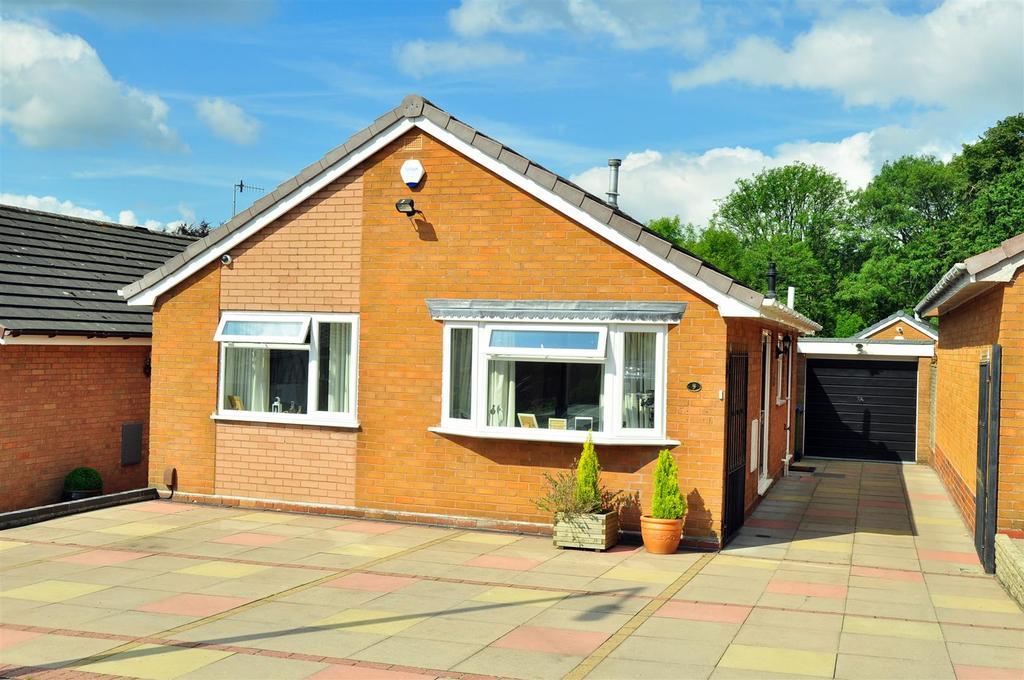 2 Bedrooms Detached Bungalow for sale in Hadendale, Cradley Heath