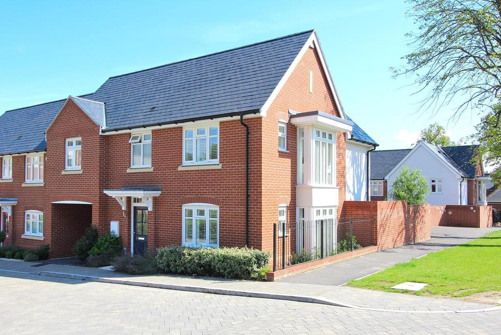 4 Bedrooms Link Detached House for sale in Grace Bartlett Gardens, Chelmsford, Essex, CM2