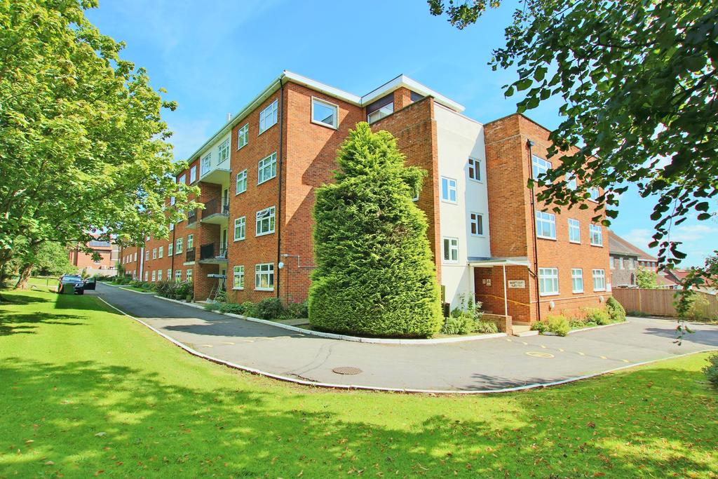 2 Bedrooms Flat for sale in Bassett Avenue, Southampton