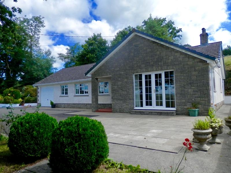 3 Bedrooms Bungalow for sale in Llangadog, Carmarthenshire.