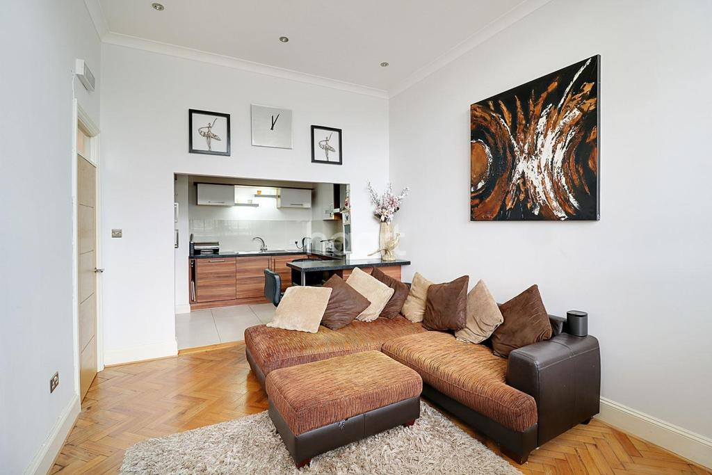 1 Bedroom Flat for sale in Corrib Court, Palmers Green, London N13