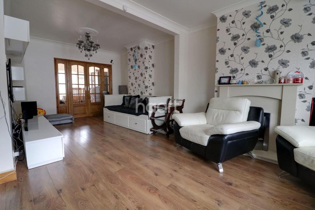4 Bedrooms Terraced House for sale in Lyne Crescent