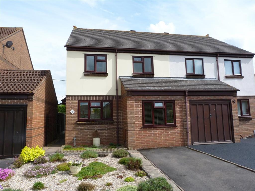 3 Bedrooms Semi Detached House for sale in Walton Close, Hereford, HR2