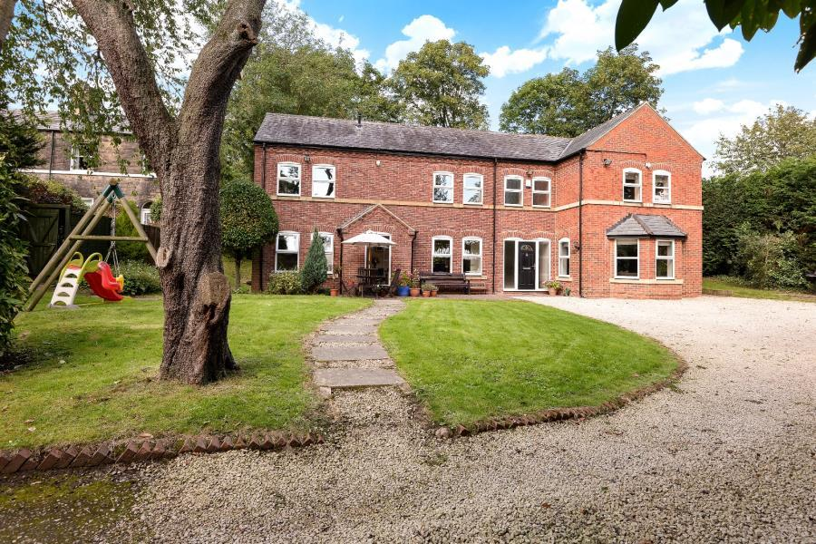 4 Bedrooms Detached House for sale in NEWTON VILLAS, LEEDS, LS7 3PL