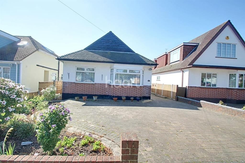 2 Bedrooms Bungalow for sale in Belfairs Park Drive, Leigh-On-Sea