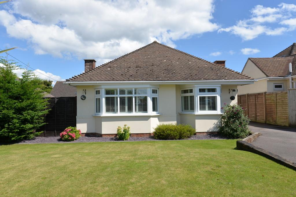 3 Bedrooms Detached Bungalow for sale in Sea Road, Barton on Sea