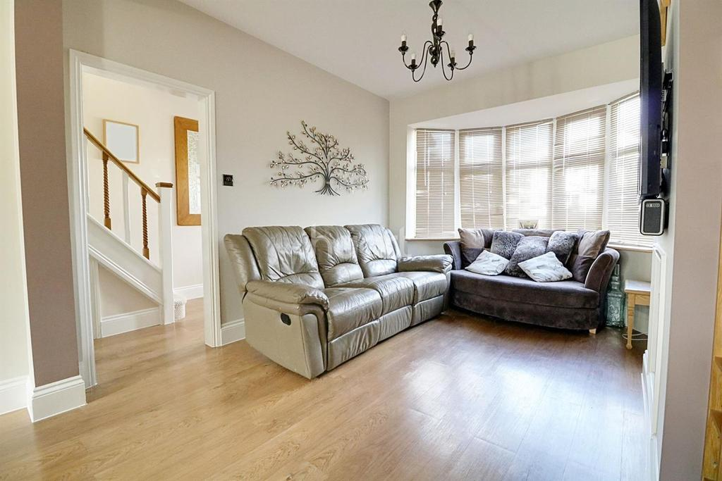 3 Bedrooms Terraced House for sale in Waltham Way, Chingford