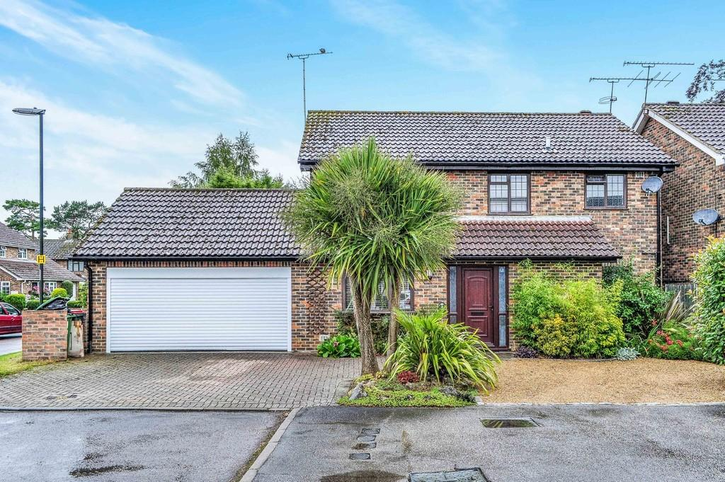 3 Bedrooms Detached House for sale in River Mead, Ifield Green