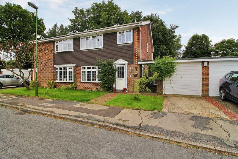3 Bedrooms Semi Detached House for sale in Woodland Close, Horsham