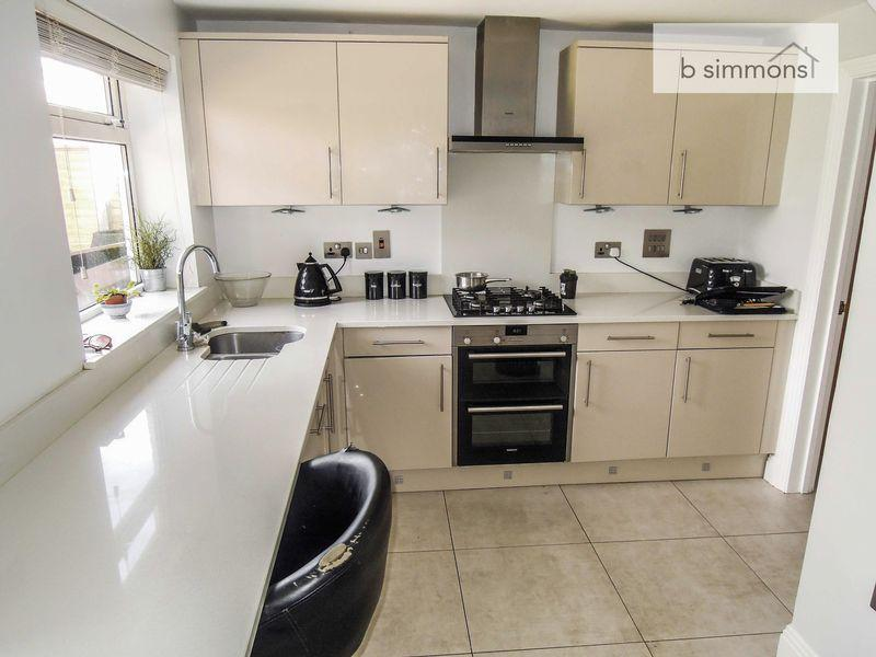 3 Bedrooms Semi Detached House for sale in Morley Close, Langley.