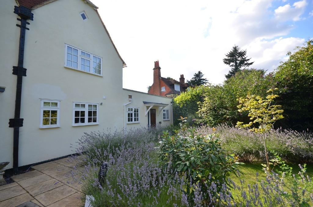 2 Bedrooms Ground Maisonette Flat for sale in Tilford Road, Farnham