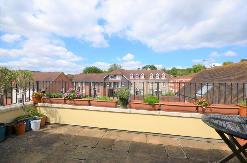 2 Bedrooms Apartment Flat for sale in St. Georges Yard, Farnham