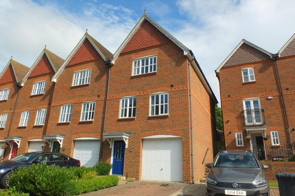 3 Bedrooms House for sale in Weavers Mead, Haywards Heath, RH16