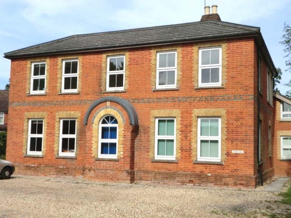 2 Bedrooms Flat for rent in Erlegh Lodge, 73, Dukes Ride, Crowthorne, Berkshire, RG45 6ED