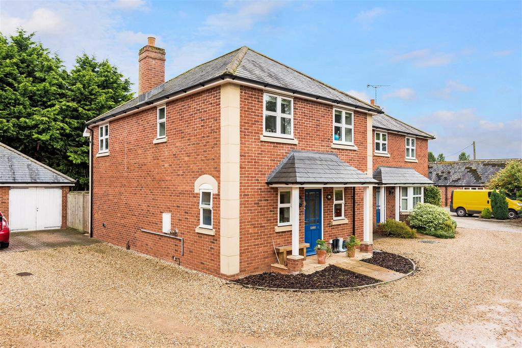 3 Bedrooms Semi Detached House for sale in Cygnet Place, Pewsey