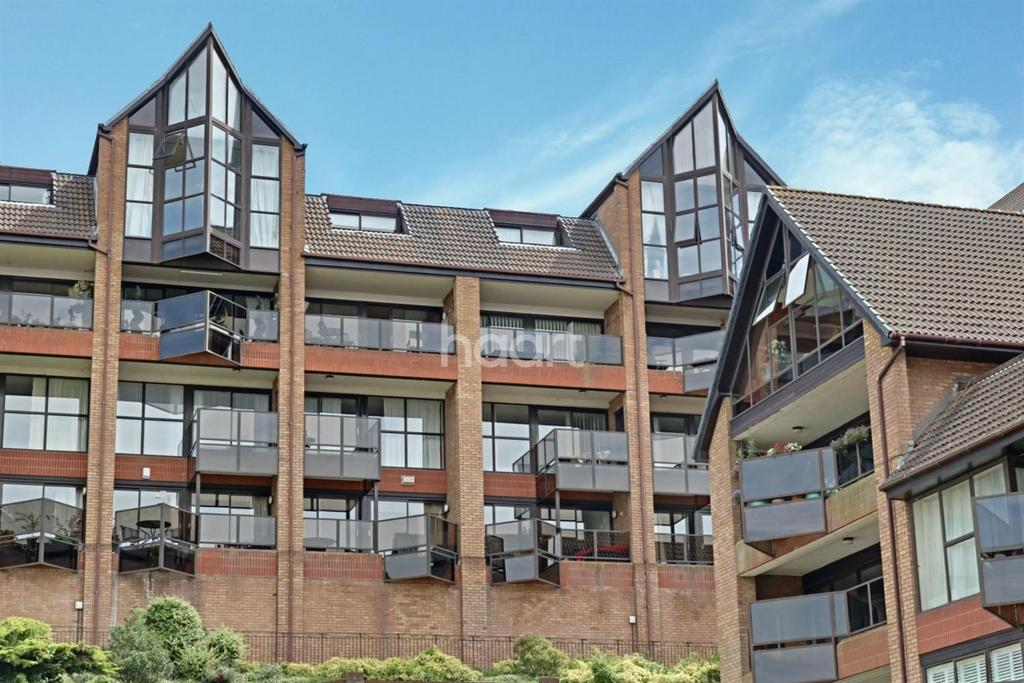3 Bedrooms Flat for sale in Sealand Court, The Esplanade, Rochester, ME1
