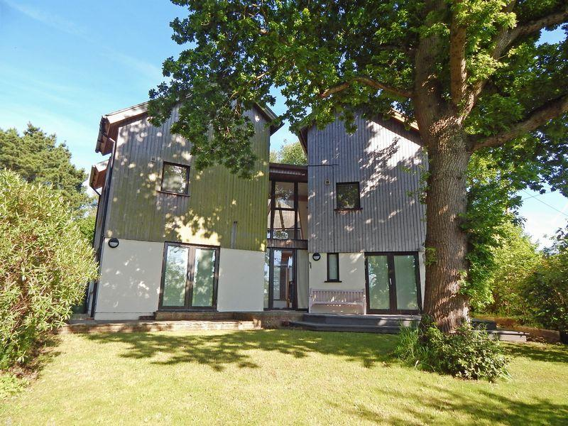 5 Bedrooms Detached House for sale in Dropping Holms, Henfield