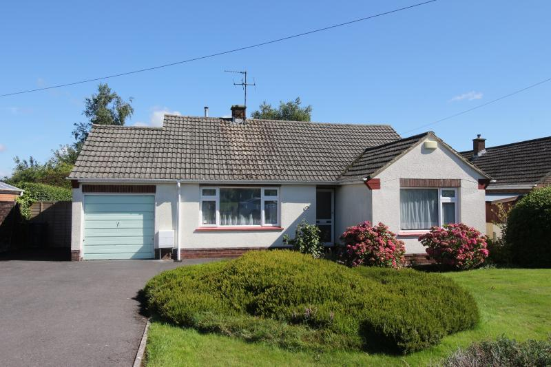3 Bedrooms Bungalow for sale in Ludlow Close, WARMINSTER, BA12