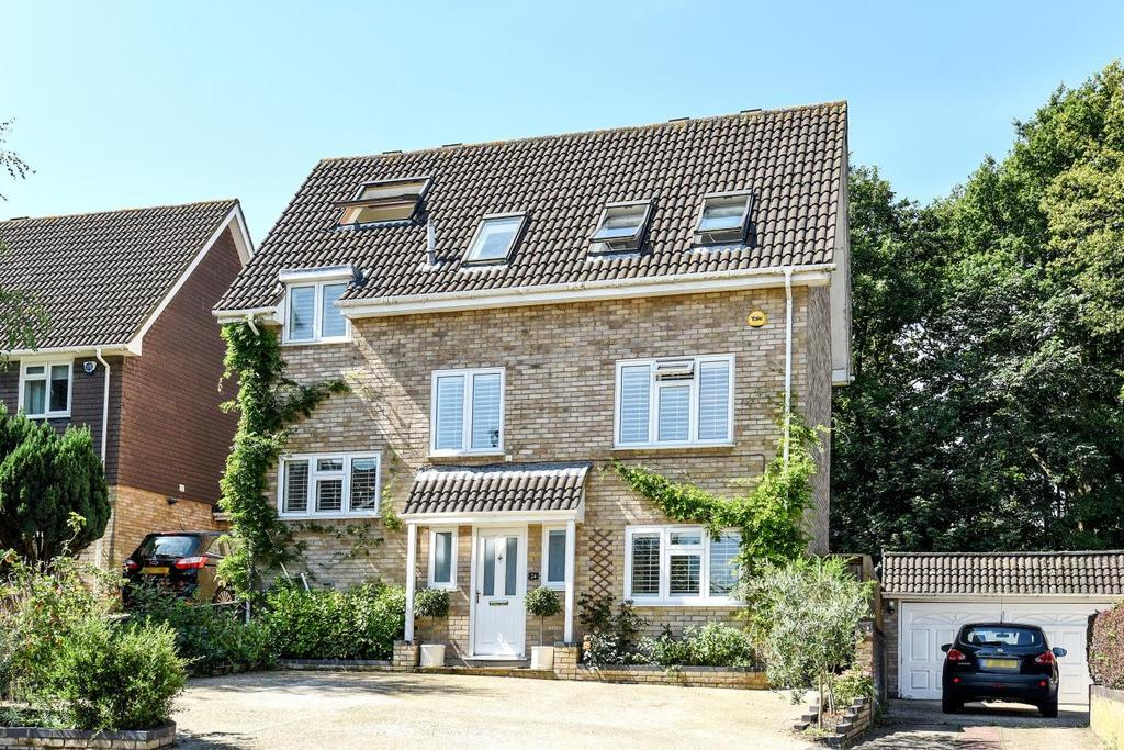 4 Bedrooms Detached House for sale in Rolvenden Gardens, Bromley