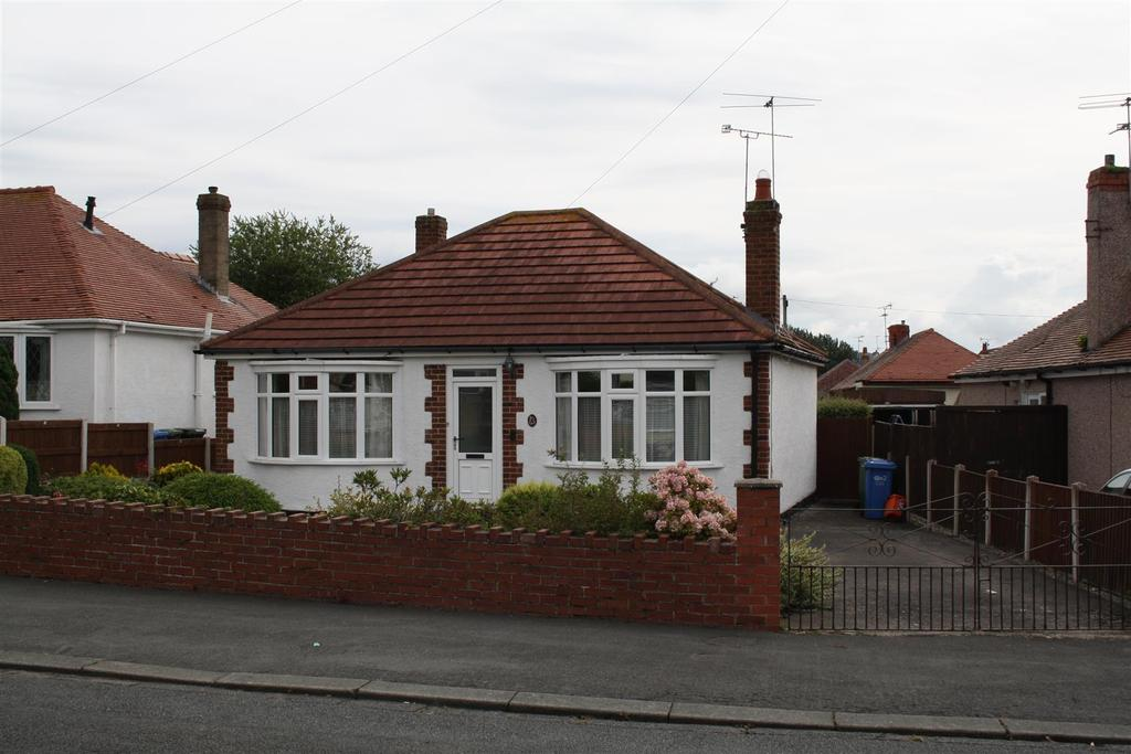 3 Bedrooms Detached Bungalow for sale in South Drive, Rhyl