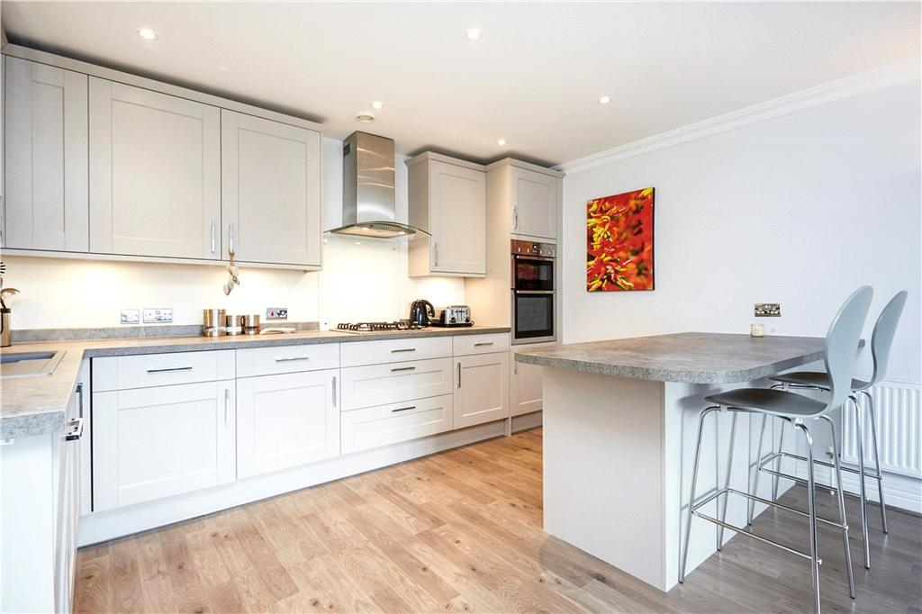 2 Bedrooms Flat for sale in Fieldgate Court, 42 Portsmouth Road, Cobham, KT11