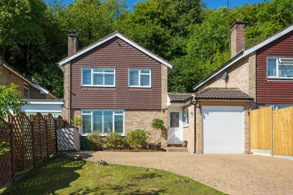 4 Bedrooms Semi Detached House for sale in Loudwater