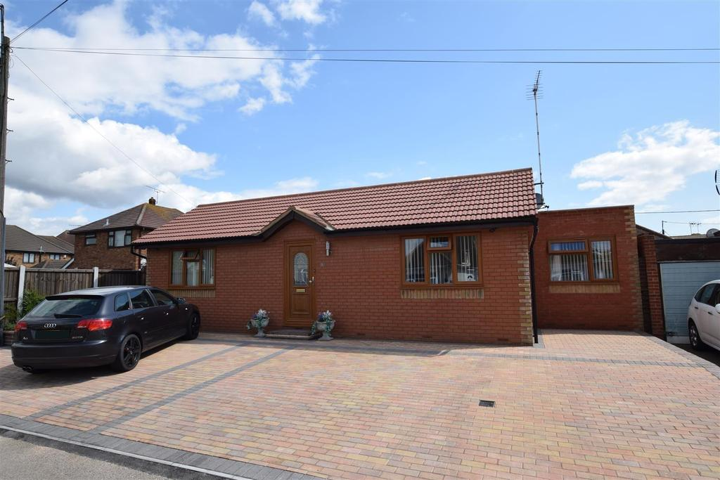 2 Bedrooms Detached Bungalow for sale in Station Road, Canvey Island