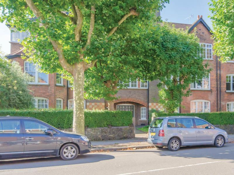 3 Bedrooms Flat for sale in The Gables, Fortis Green, N10