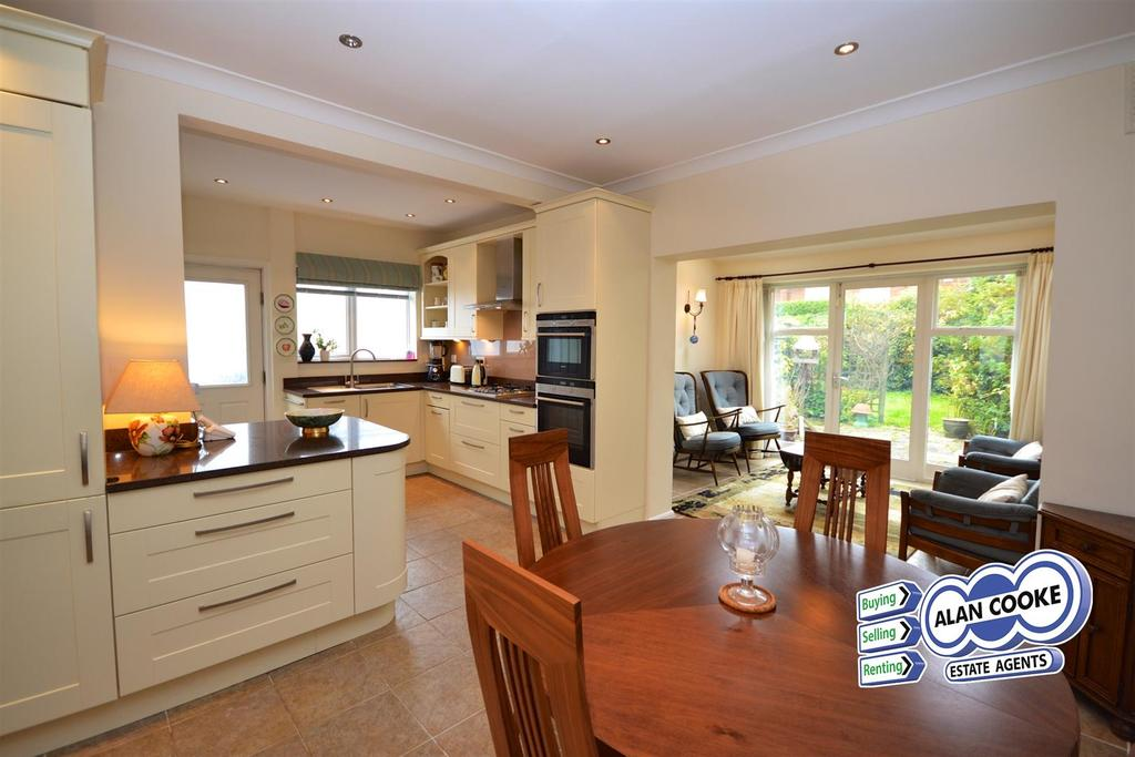 4 Bedrooms Semi Detached House for sale in Buckstone Oval, Leeds