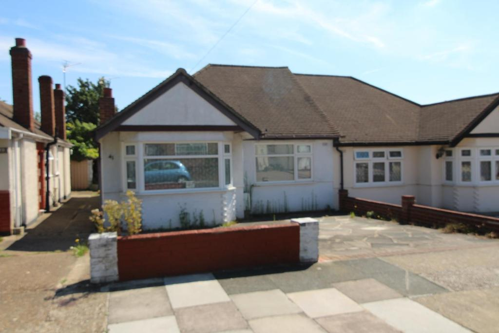 2 Bedrooms Semi Detached Bungalow for sale in Doncaster Way, Upminster, RM14