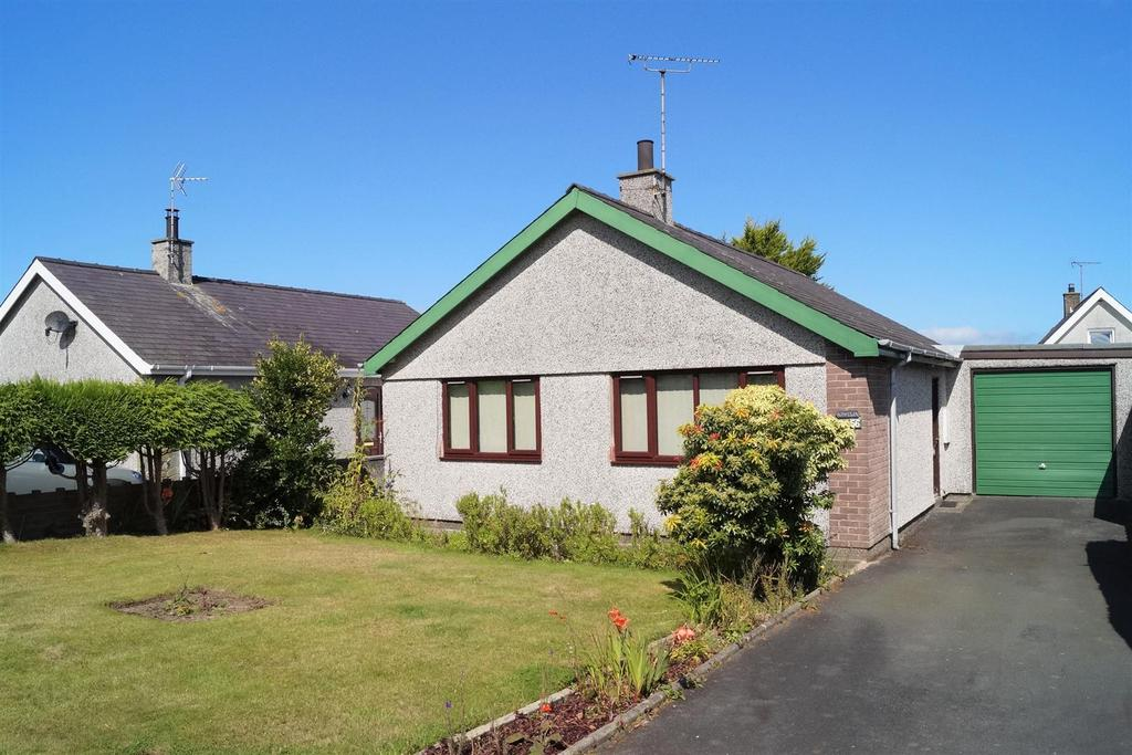 2 Bedrooms Detached Bungalow for sale in Bro Gwylwyr, Nefyn, Pwllheli