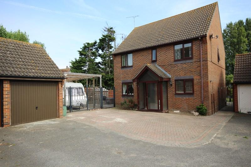 4 Bedrooms Detached House for sale in Hythe Close, Clacton-On-Sea