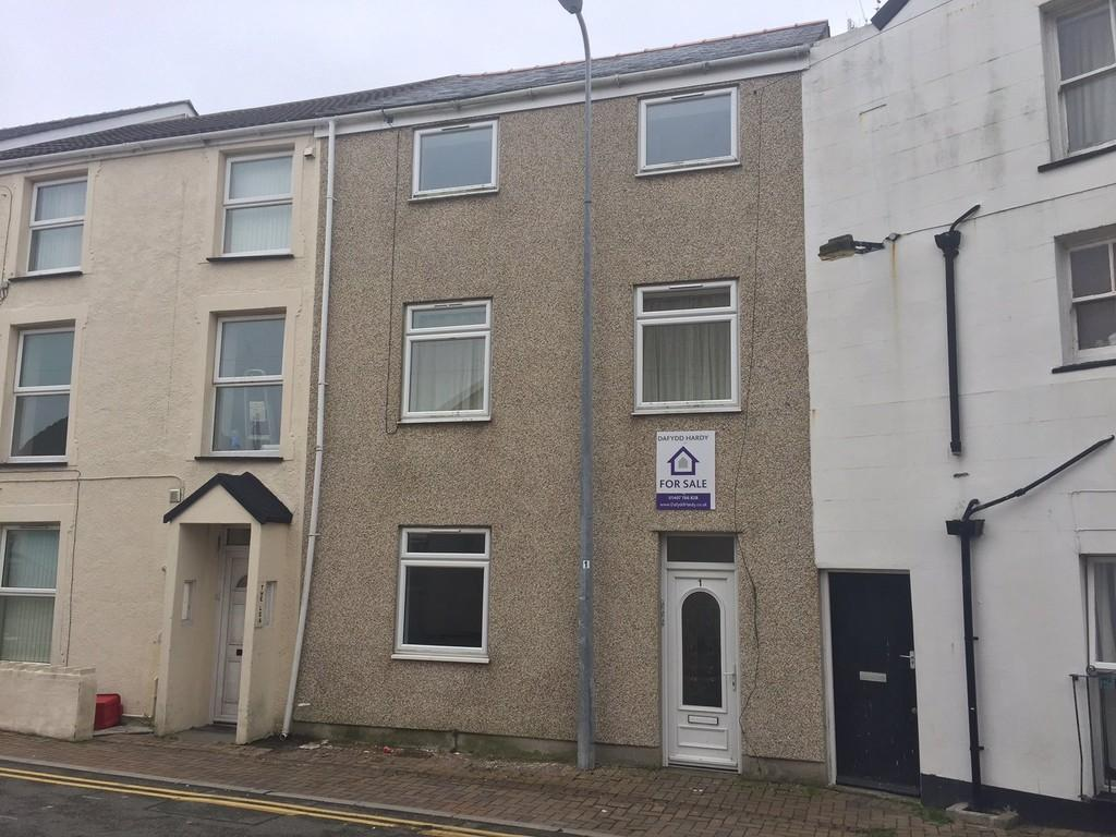3 Bedrooms Apartment Flat for sale in Garreg Domas, Holyhead, North Wales