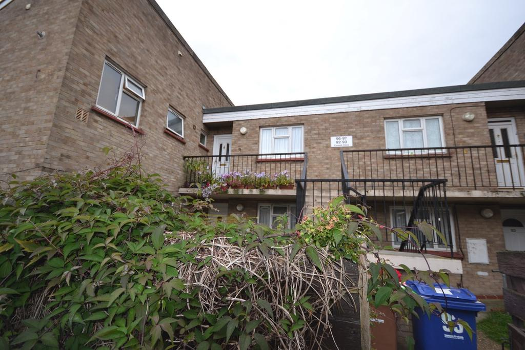2 Bedrooms Flat for sale in Caswell Close, Corringham, Stanford-le-Hope, SS17