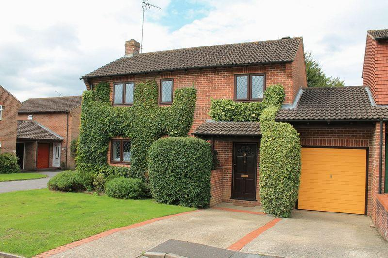 3 Bedrooms House for sale in Orchard Way, Pulborough