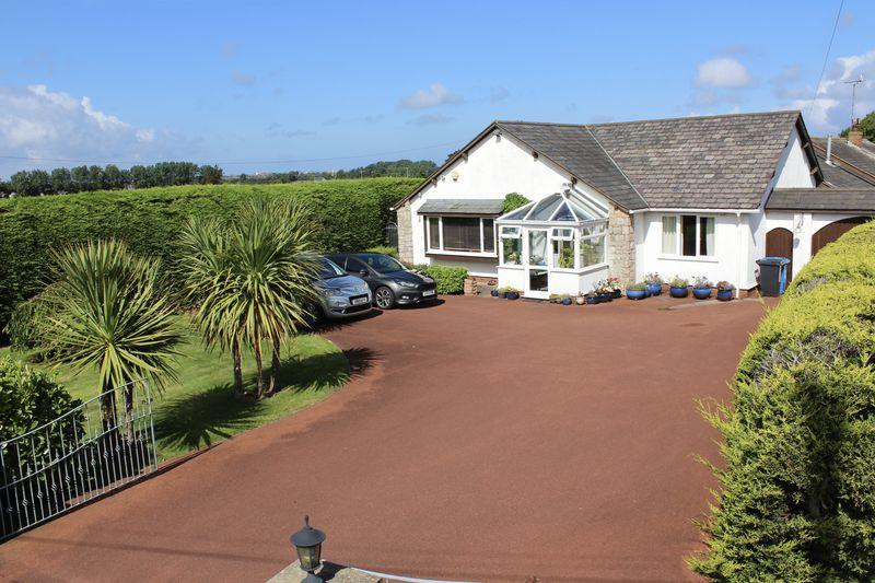 4 Bedrooms Bungalow for sale in Ffordd Ffynnon, Prestatyn