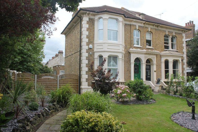 4 Bedrooms Semi Detached House for sale in Avenue Road, Westcliff-On-Sea