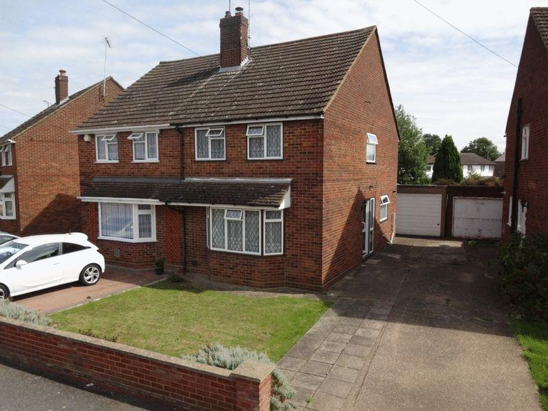 3 Bedrooms Semi Detached House for sale in Brooklands Close, Luton