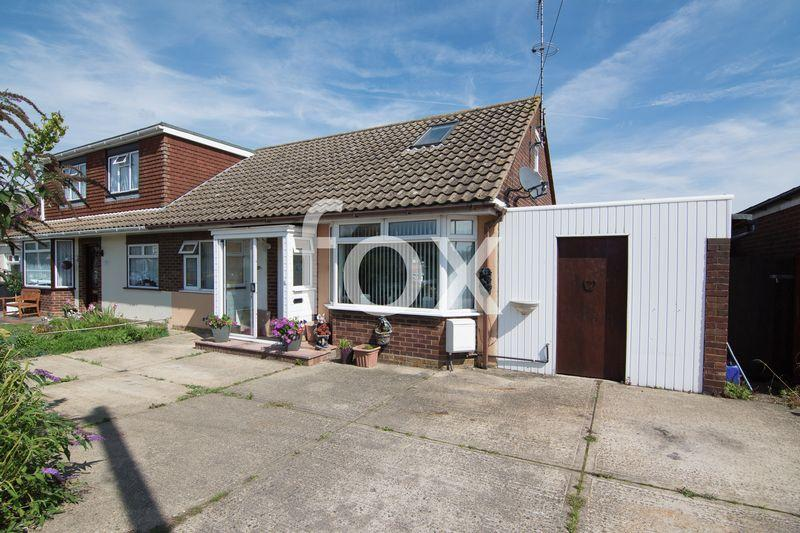 3 Bedrooms Semi Detached House for sale in Woodville Close, Rochford