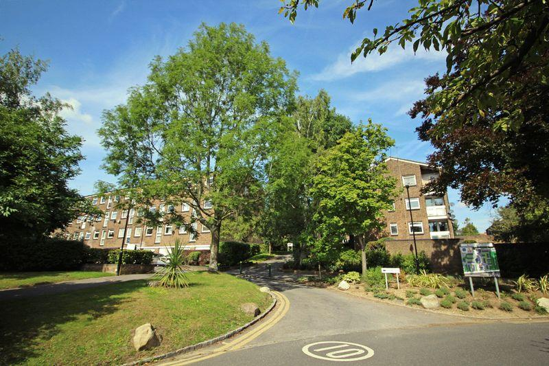 2 Bedrooms Apartment Flat for sale in Woodpecker Mount, Forestdale, Croydon, Surrey