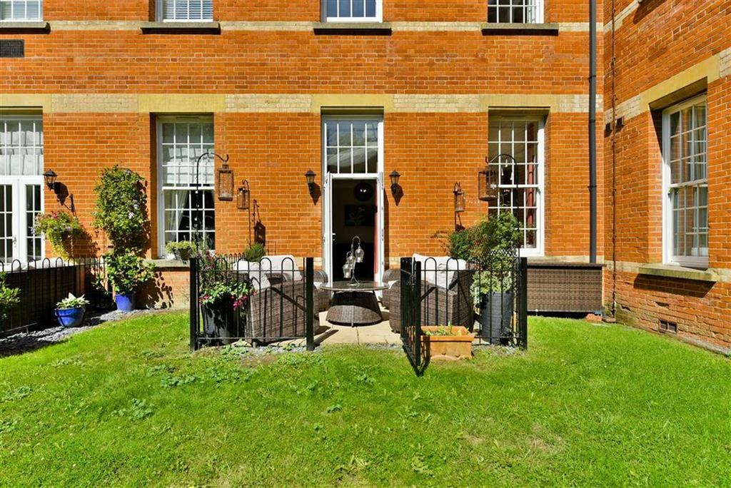 2 Bedrooms Terraced House for sale in Hunter Court, Epsom, Surrey
