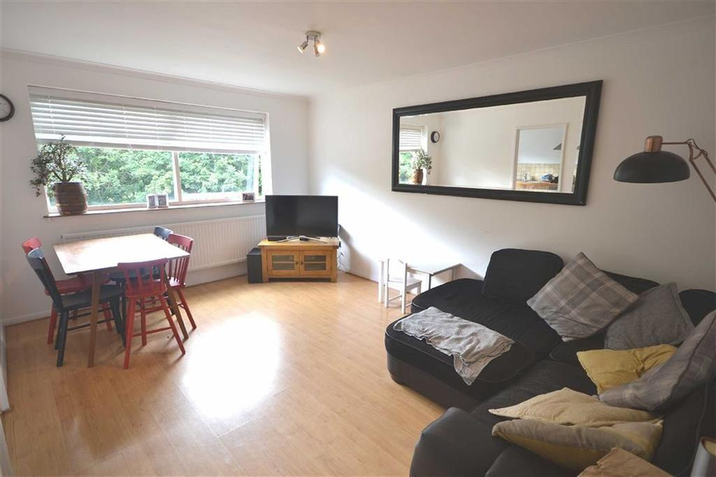 2 Bedrooms Flat for sale in Peony Court, Woodford Green, Essex