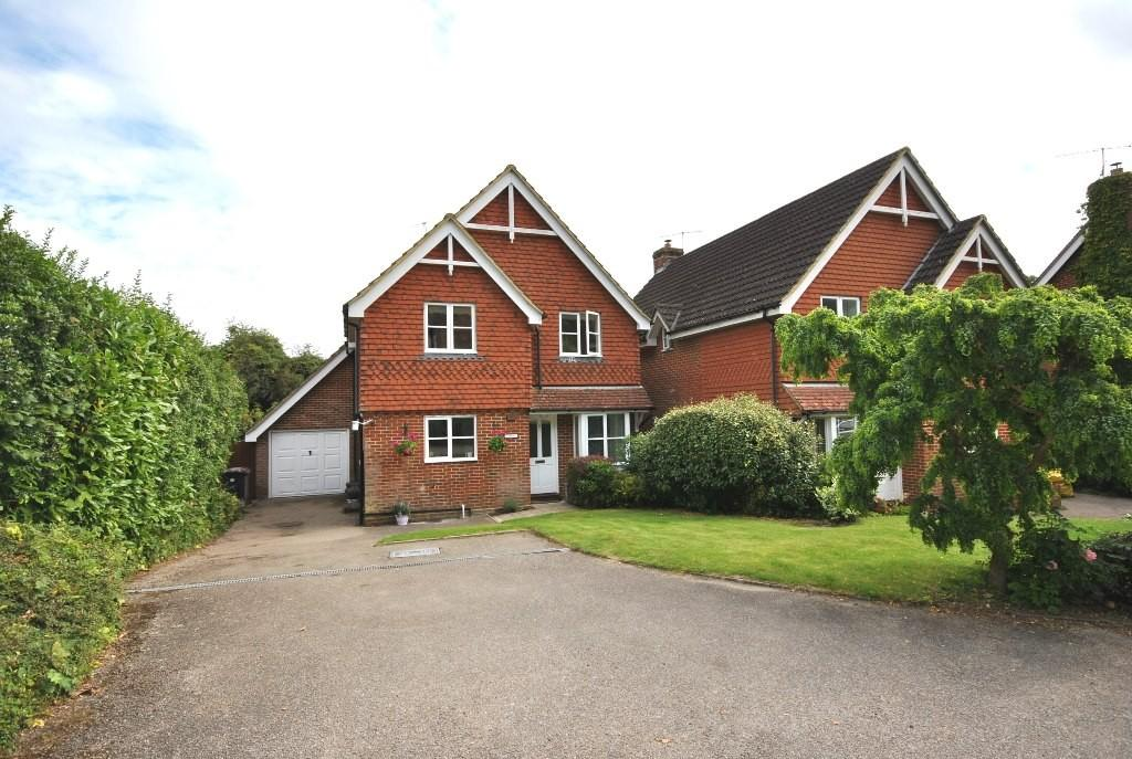 4 Bedrooms Detached House for sale in Hill Farm Close, Haslemere, GU27