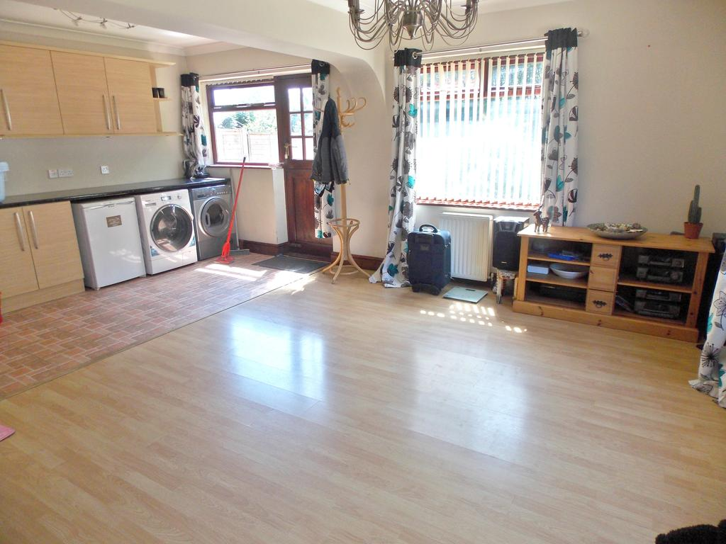 3 Bedrooms Semi Detached Bungalow for sale in Dovedale, Felixstowe IP11