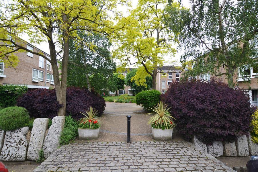 1 Bedroom Apartment Flat for sale in Harrowdene Gardens, Teddington, TW11